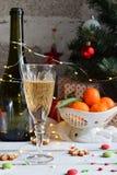 Fondo del concepto de la Navidad y de la celebración del día de fiesta del Año Nuevo Vidrio de champán, mandarinas, decoración de Fotos de archivo libres de regalías