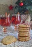 Fondo del concepto de la Navidad y de la celebración del día de fiesta del Año Nuevo Vidrio de vino reflexionado sobre con las es Fotos de archivo libres de regalías