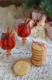 Fondo del concepto de la Navidad y de la celebración del día de fiesta del Año Nuevo Vidrio de vino reflexionado sobre con las es Fotos de archivo