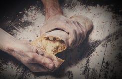 Fondo del concepto de la panadería Manos que rompen el pan del pan Fotografía de archivo