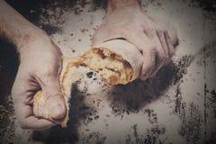 Fondo del concepto de la panadería Manos que rompen el pan del pan Imagenes de archivo