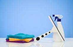 Fondo del concepto de producto de limpieza con los accesorios Fotos de archivo libres de regalías