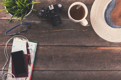 Fondo del concepto del viaje - artículos de las vacaciones en la tabla Foto de archivo libre de regalías