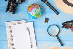 Fondo del concepto del planeamiento del viaje Accesorios del ` s del viajero fotografía de archivo