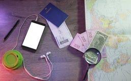 Fondo del concepto del planeamiento del viaje, vista superior de los accesorios del ` s del viajero, los artículos esenciales en  Foto de archivo libre de regalías