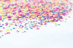 Fondo del confeti en los colores rosados, amarillos, azules de neón B festivo fotos de archivo