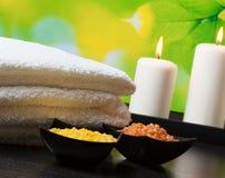Fondo del confine di massaggio della stazione termale con l'asciugamano impilato Candele e sale marino Fotografie Stock