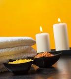 Fondo del confine di massaggio della stazione termale con l'asciugamano impilato Candele e sale marino Immagine Stock Libera da Diritti
