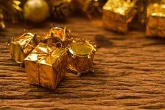 Fondo del contenitore di regali di Natale con le decorazioni sui vecchi tum di legno Fotografia Stock