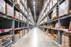 Fondo del coque virtual en los estantes de los almacenes grandes del cargo imágenes de archivo libres de regalías