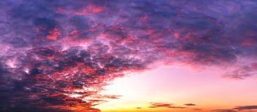 Fondo del crepúsculo del cielo y de la escena colorida del panorama de las nubes foto de archivo