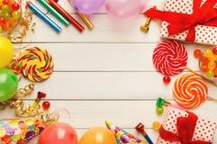 Fondo del cumpleaños con los sombreros del partido y la actual caja Fotos de archivo libres de regalías