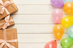 Fondo del cumpleaños con los sombreros del partido y la actual caja Foto de archivo libre de regalías
