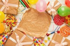 Fondo del cumpleaños con los sombreros del partido y la actual caja Fotografía de archivo libre de regalías