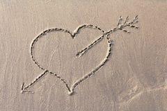 Fondo del cuore attinto la sabbia di una spiaggia Fotografia Stock