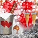 Fondo del cuore dei biglietti di S. Valentino con Champagne in secchio dell'argento dell'annata Fotografie Stock