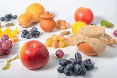 Fondo del Día de Acción de Gracias con la manzana, pera, uvas, otoño Foto de archivo