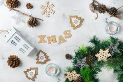 Fondo del día de fiesta del Año Nuevo de la Navidad con la decoración festiva Imágenes de archivo libres de regalías