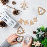 Fondo del día de fiesta del Año Nuevo de la Navidad con la decoración festiva Imagen de archivo libre de regalías