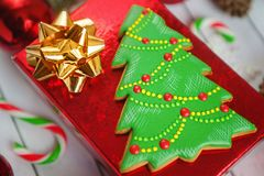 Fondo del día de fiesta del Año Nuevo de la Navidad Galletas del pan de jengibre, árbol de navidad en la tabla blanca Visión supe Foto de archivo