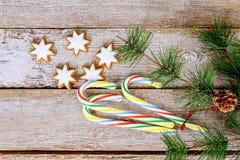 Fondo del día de fiesta del Año Nuevo de la Navidad galletas del pan de jengibre y tabla del árbol de la rama del abeto Fotos de archivo