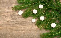 Fondo del día de fiesta con el árbol de abeto y bolas blancas decorativas en w imágenes de archivo libres de regalías
