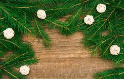 Fondo del día de fiesta con el árbol de abeto y bolas blancas decorativas en w imagen de archivo
