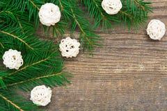 Fondo del día de fiesta con el árbol de abeto y bolas blancas decorativas en w fotos de archivo libres de regalías