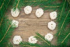 Fondo del día de fiesta con el árbol de abeto y bolas blancas decorativas en w imagenes de archivo