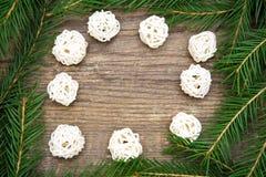 Fondo del día de fiesta con el árbol de abeto y las bolas blancas decorativas foto de archivo libre de regalías