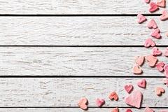 Fondo del día de fiesta con el montón de pequeños corazones Foto de archivo