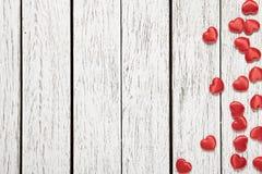 Fondo del día de fiesta con el montón de pequeños corazones Imagen de archivo