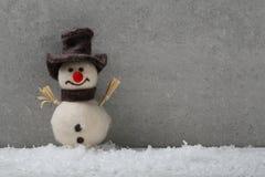 Fondo del día de fiesta con el muñeco de nieve y la nieve Fotos de archivo libres de regalías