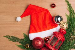 Fondo del día de fiesta con las bolas y las decoraciones rojas de la Navidad Imagenes de archivo