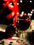 Fondo del día de fiesta con los vidrios de vino rojo, de vino rojo y de ornamentos de la Navidad en la tabla de madera Fotos de archivo