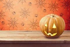 Fondo del día de fiesta de Halloween con la calabaza en la tabla de madera imágenes de archivo libres de regalías