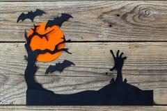 Fondo del día de fiesta de Halloween con la mano de los zombis, el árbol y el Cu de los palos Fotografía de archivo libre de regalías