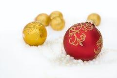 Fondo del día de fiesta de la Navidad con la chuchería roja, Deco Foto de archivo