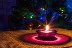 Fondo del día de fiesta de la Navidad con la vela púrpura Imagen de archivo