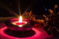 Fondo del día de fiesta de la Navidad con la vela púrpura Fotos de archivo libres de regalías