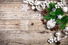 Fondo del día de fiesta de la Navidad con las bolas del pinecone que saludan imagen de archivo
