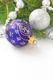 Fondo del día de fiesta de la Navidad con las chucherías del azul y de la plata, las decoraciones, las bolas y la guirnalda Fondo Fotos de archivo libres de regalías