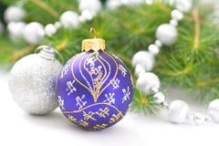 Fondo del día de fiesta de la Navidad con las chucherías del azul y de la plata, las decoraciones, las bolas y la guirnalda Fondo Imagen de archivo libre de regalías