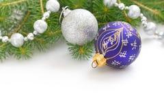 Fondo del día de fiesta de la Navidad con las chucherías del azul y de la plata, las decoraciones, las bolas y la guirnalda Fondo Fotografía de archivo
