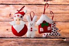 Fondo del día de fiesta de la Navidad con Santa Claus, el conejito, la casa, la picea, las decoraciones y los juguetes Imagen de archivo
