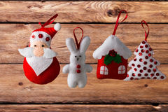 Fondo del día de fiesta de la Navidad con Santa Claus, el conejito, la casa, la picea, las decoraciones y los juguetes Foto de archivo