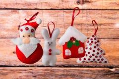 Fondo del día de fiesta de la Navidad con Santa Claus, el conejito, la casa, la picea, las decoraciones y los juguetes Fotos de archivo libres de regalías