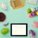 Fondo del día de fiesta de Pascua con efecto retro del filtro Decoraciones y tableta de los huevos de Pascua Visión desde arriba Imagen de archivo