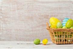 Fondo del día de fiesta de Pascua con los huevos de las decoraciones Imagen de archivo
