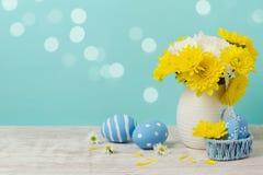 Fondo del día de fiesta de Pascua con los huevos y las flores Imagen de archivo libre de regalías